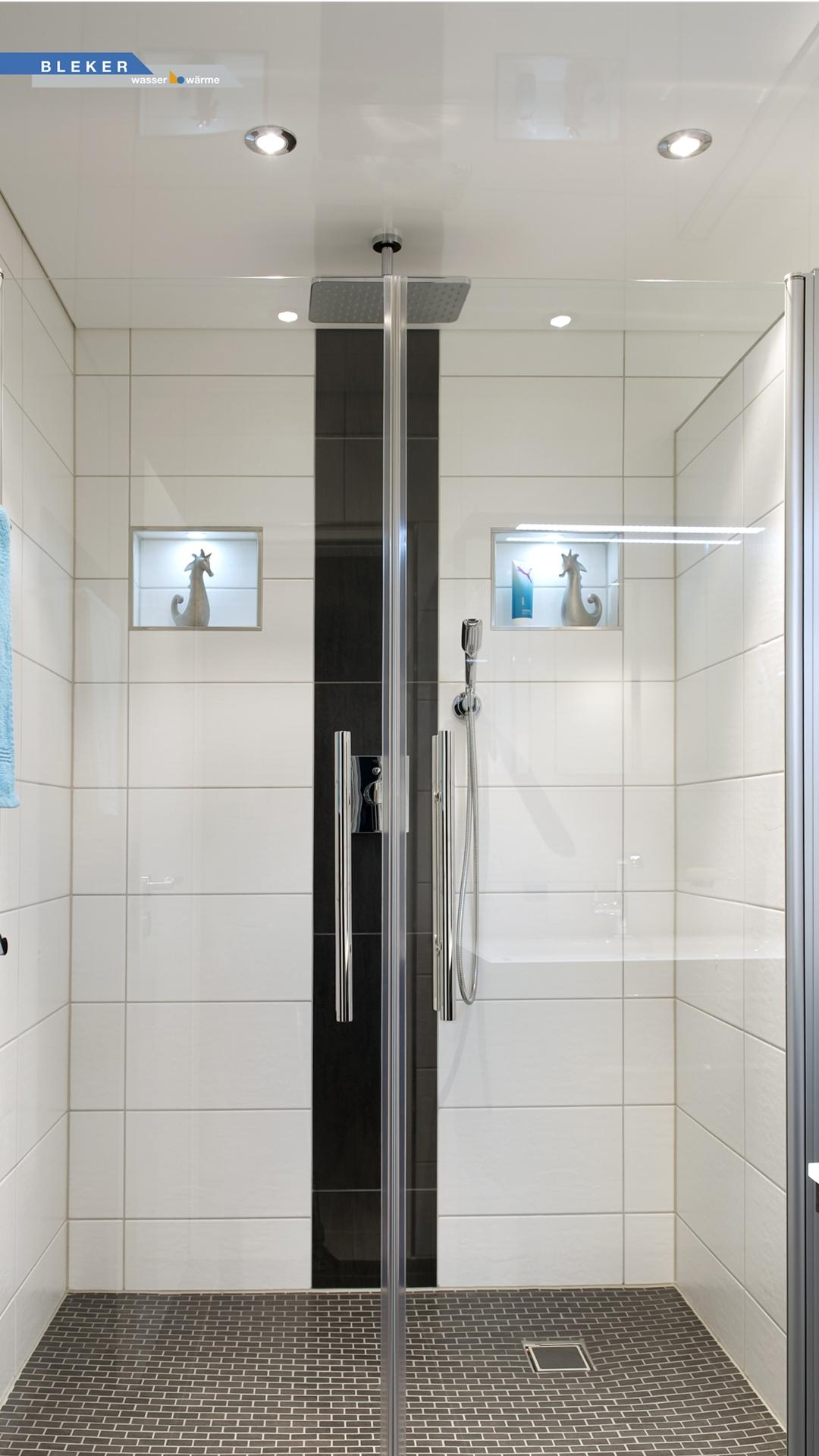 Große helle Dusche mit weißer Lackspanndecke